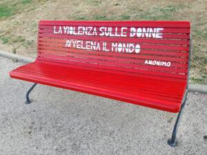 Una panchina rossa al parco urbano di Imperia